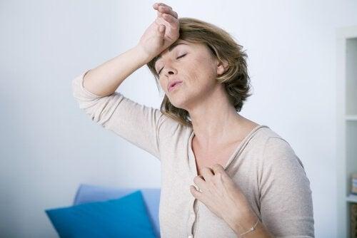 Frau, die aufgrund von Hormonstörungen schwitzt