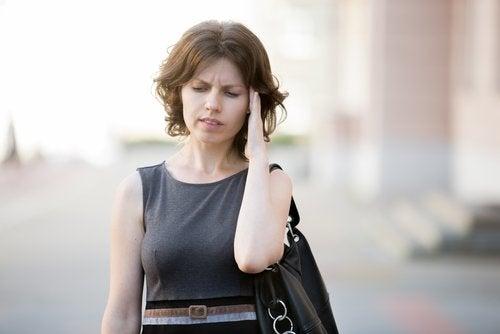 Frau hat Kopfschmerzen wegen niedrigen Blutdrucks
