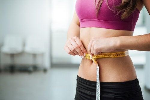 Frau misst ihre Taille Diät