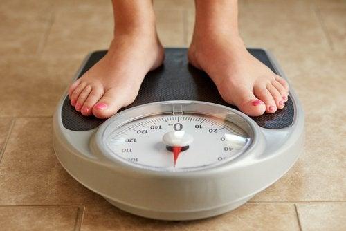 Frau wiegt sich Diät