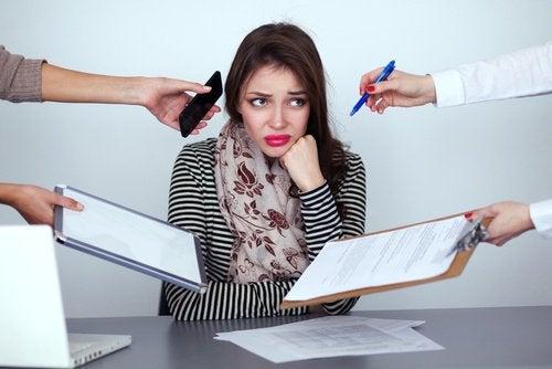 Frau unter Stress möchte ihre Angewohnheiten verändern