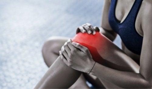Frau mit Bursitis am Knie
