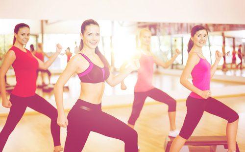 junge Frauen beim Sport, um Bauch zu entblähen