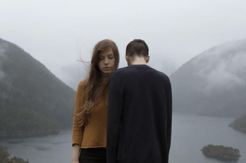 zwei Personen vor einem See