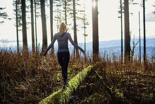 junge Dame beim Waldspaziergang gegen Stress