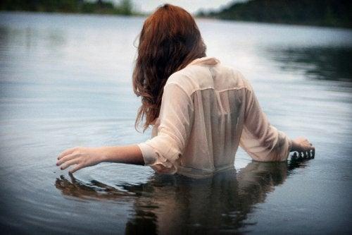Frau im Wasser denkt an Gegenwart