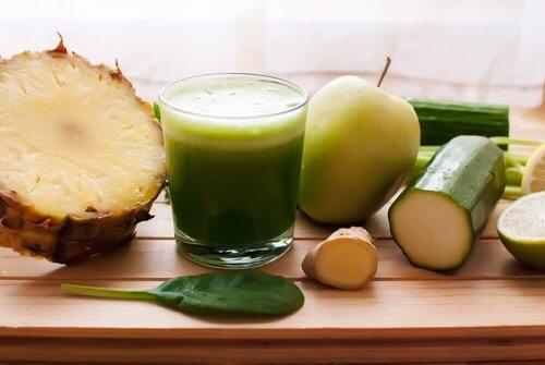 Entwässern mit Ananas, Gurke und Zinnkraut