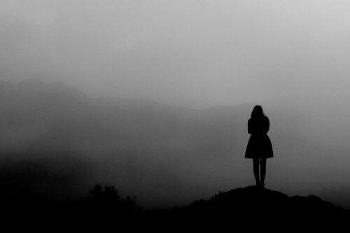 Frau im Nebel dankt an ihre Gegenwart