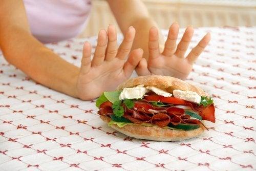 Frau verzichtet auf Essen