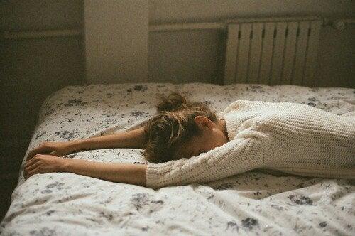 Frau im Bett denkt über Beziehung nach
