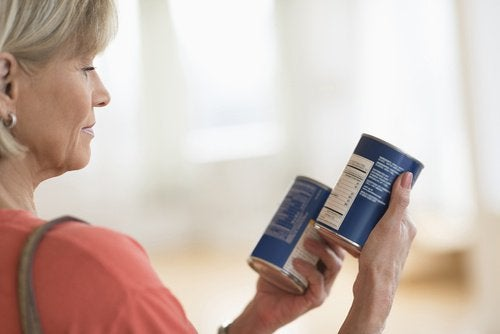Frau schaut Leight-Produket an, die Diätfallen sind