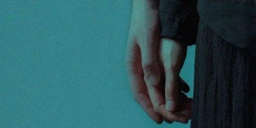 Frau und Mann geben sich die Hand und stärken die Beziehung