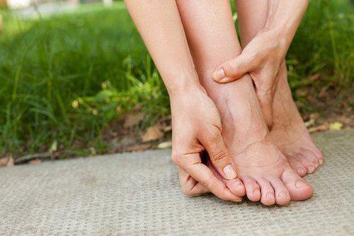 Beine einer Frau, die über die Gefahren durch eng anliegende Kleidung informiert ist