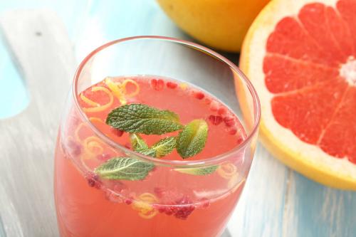 Getränk mit Minze und Grapefruit stimuliert Stoffwechsel