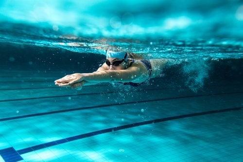Schwimmen gegen Flüssigkeitseinlagerungen