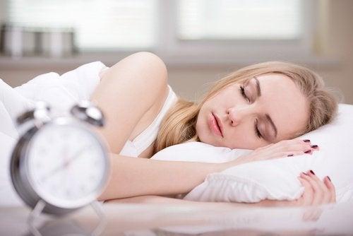 schlafende Frau mit langsamem Stoffwechsel