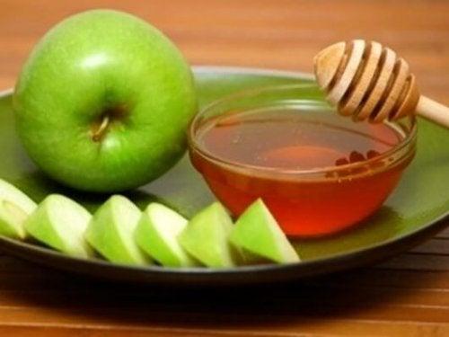 Probiere auch diesen hausgemachten Schleimlöser aus Apfel, Honig und Zitrone