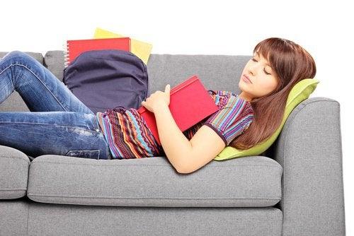 Frau hält Nachmittagsschlaf Schlafstörungen