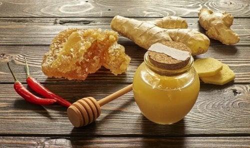 Die 5 besten hausgemachten Schleimlöser: Sirup mit Honig und Cayenne-Pfeffer