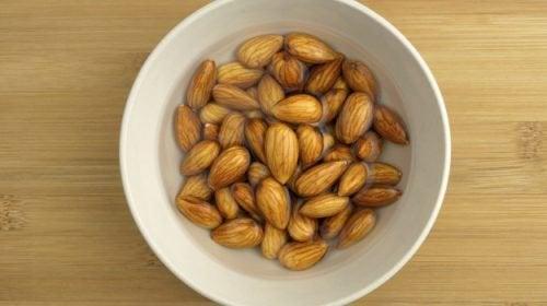 Entdecke die GROSSARTIGEN Vorteile von eingeweichten Mandeln