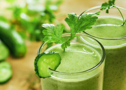 Shake aus Gurke, Sellerie und Apfel Flüssigkeitsretention