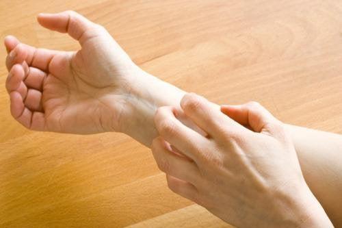 6 SEHR merkwürdige Symptome, die auf ein Darmproblem hinweisen
