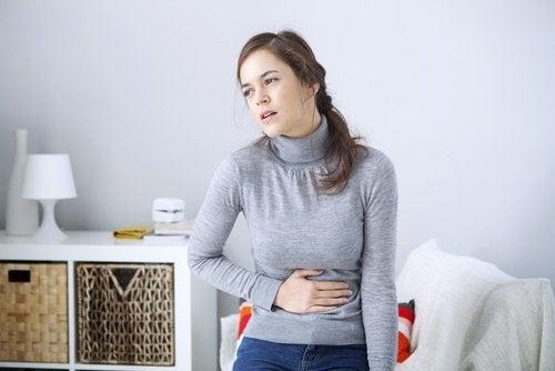 Frau mit Verdauungsbeschwerden