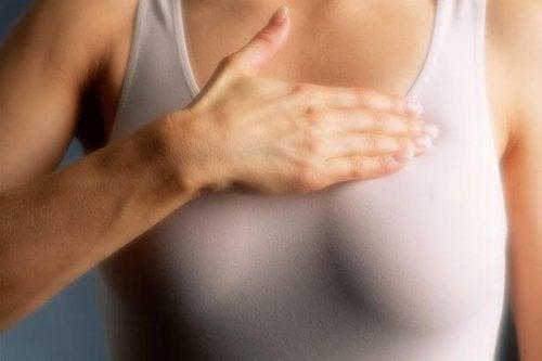 Frau macht Selbstuntersuchung zur Kontrolle von Brustkrebs