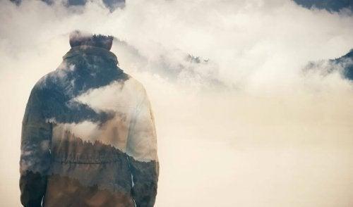 Mann in Wolken denkt an geliebte Personen
