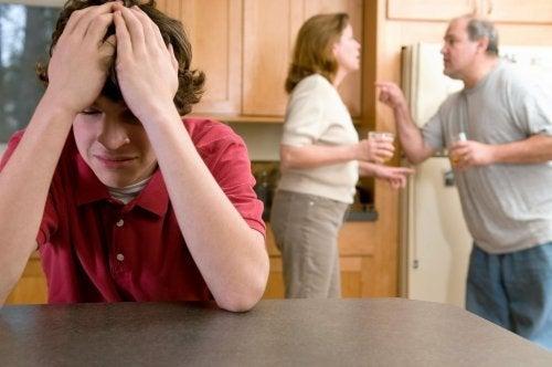 Eltern streiten vor Kind