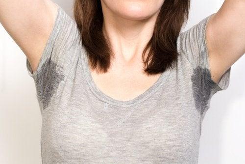 Frau schwitzt - Anzeichen für Angst