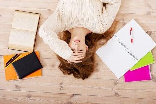 Frau mit Stress durch zu wenig Schlaf