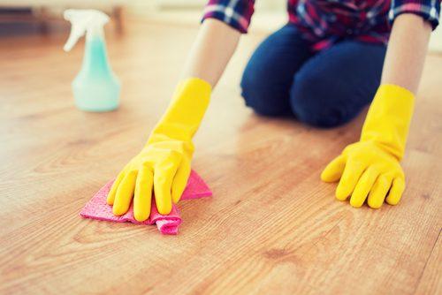 Frau putzt Boden