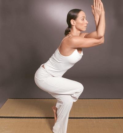 Frau macht Yoga gegen Karpaltunnelsyndrom