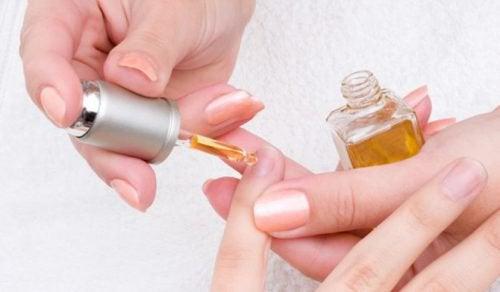 Öl und Knoblauch für schöne Nägel