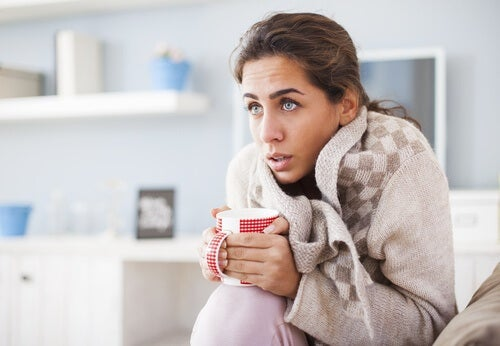 Frau trinkt warmen Tee weil es ihr kalt ist