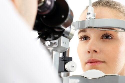 Augenuntersuchung an Frau mit Multiple Sklerose