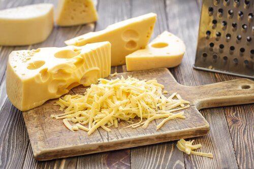 fettreiche Nahrungsmittel wie Käse