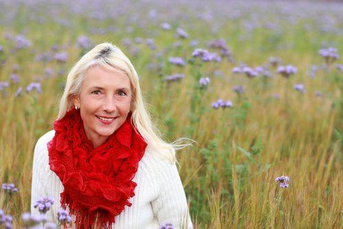 Frau in der Menopause auf einer Wiese