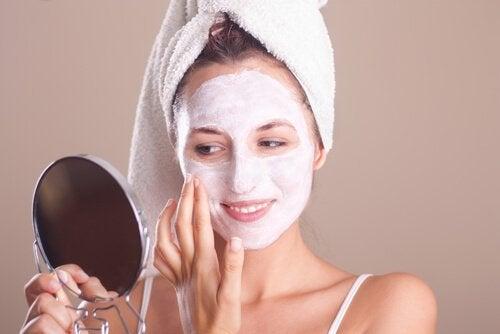 Frau in der Menopause mit Gesichtsmaske