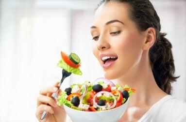 Frau isst gesund zur Vorsorge gegen Demenz