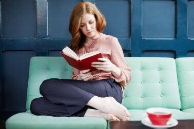 Frau liest, um Demenz vorzubeugen