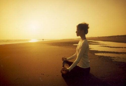 Frau macht Meditation am Strand