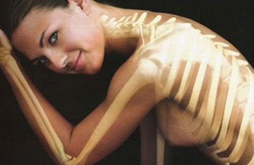Frau mit starken Knochen