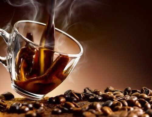 Kaffee kann zu Blähungen führen