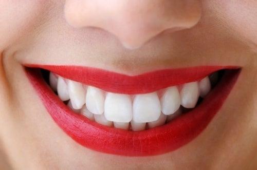 weiße Zähne mit Aktivkohle