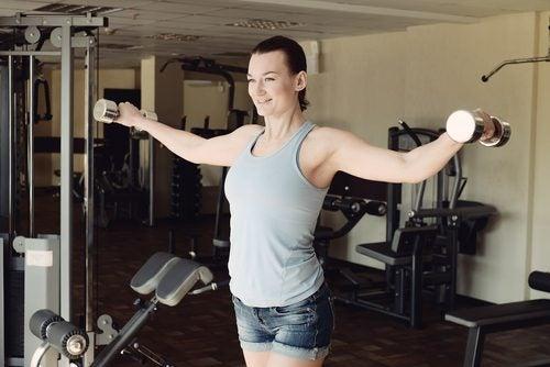 Frau trainiert Arme