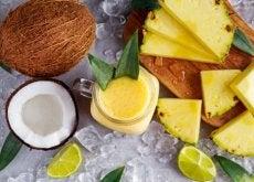 Drink aus Kokosnuss, Ananas und Ingwer