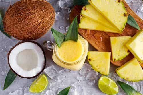 Drink aus Kokosnuss, Ananas und Ingwer um Gewicht zu verlieren und Flüssigkeit auszuscheiden