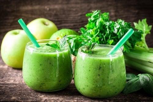 Grüner Apfel auf nüchternen Magen, um Gewicht zu verlieren